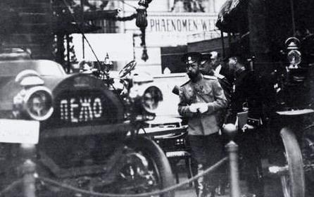 Николай 2 на автовыставке Peugeot. Первые автомобили в России. Кинохроника прошлого века. Императорский гараж.