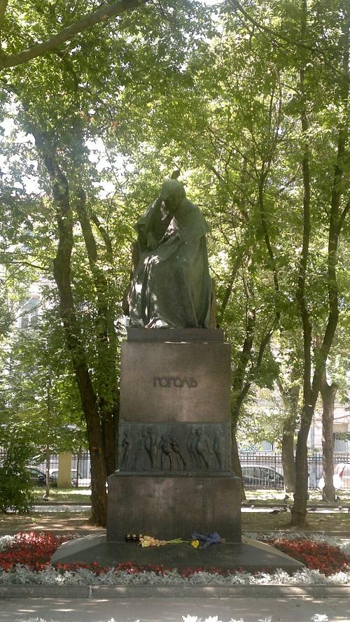 Памятник Гоголю в 2012 г