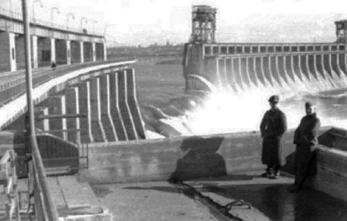 Взорванная ДнепроГЭС в 1941 г.