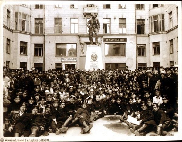 МИД в 1925. НКИД (МИД) на Кузнецком мосту в 1925-1927 гг. Памятник Воровскому. Кинохроника СССР.