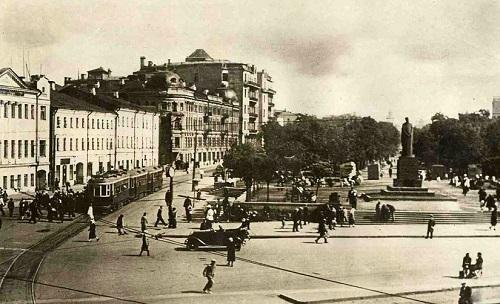 У Никитских ворот. Памятник Тимирязеву