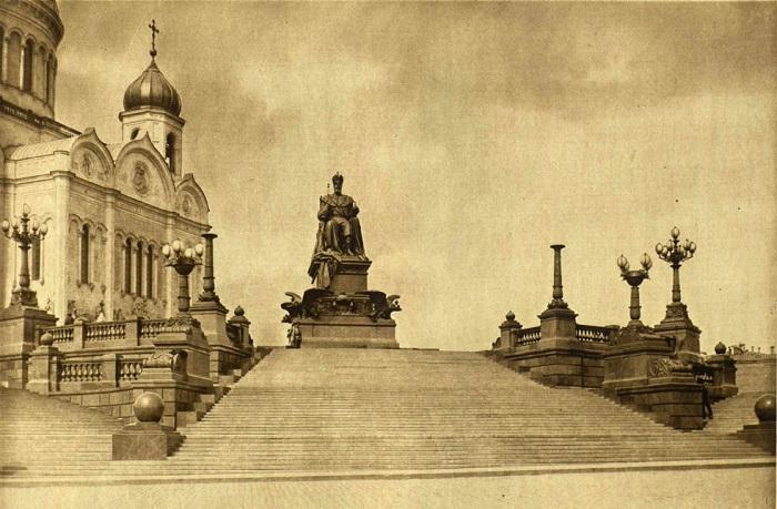 Торжественное открытие памятника Александру III в высочайшем присутствии состоялось 30 мая 1912 года на Пречистенской набережной около Храма Христа Спасителя.