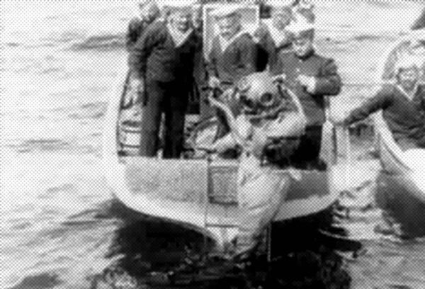 1913 год. Испытания первого водолазного костюма. Погружение под воду в трехболтовке. Кадр из фильма Ханжонкова.