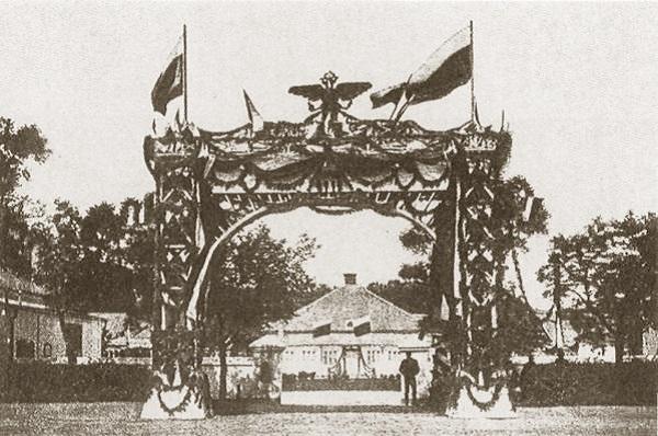 Кинохроника 1914 г. Аскания-Нова. Триумфальная арка в честь приезда царя в Асканию-Нова. 1914 г.