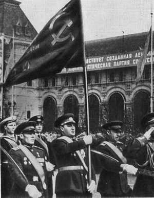 К. Я. Самсонов несет знамя Победы на Параде 1965 г.